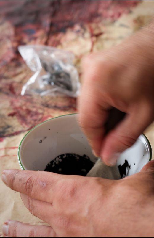 Preparando la tinta - Fotografía de Rubén Gasalla