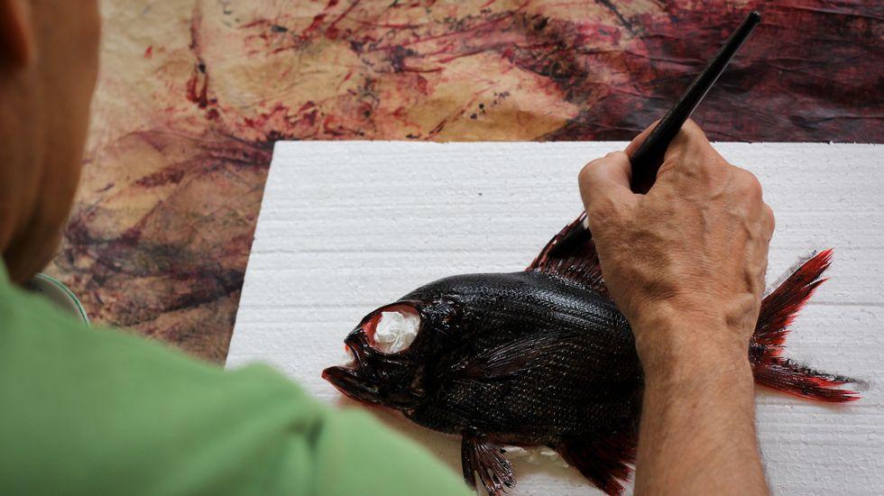 Aplicando la tinta a una castañeta - Foto: Rubén Gasalla