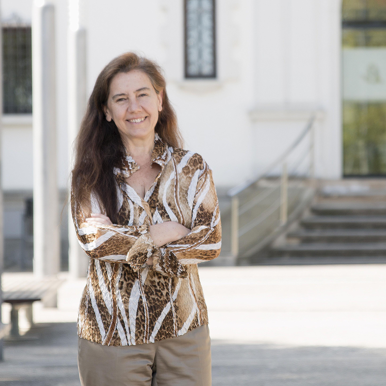 Fotografía de la entrevistada, Teresa Capell, al aire libre y sonriente