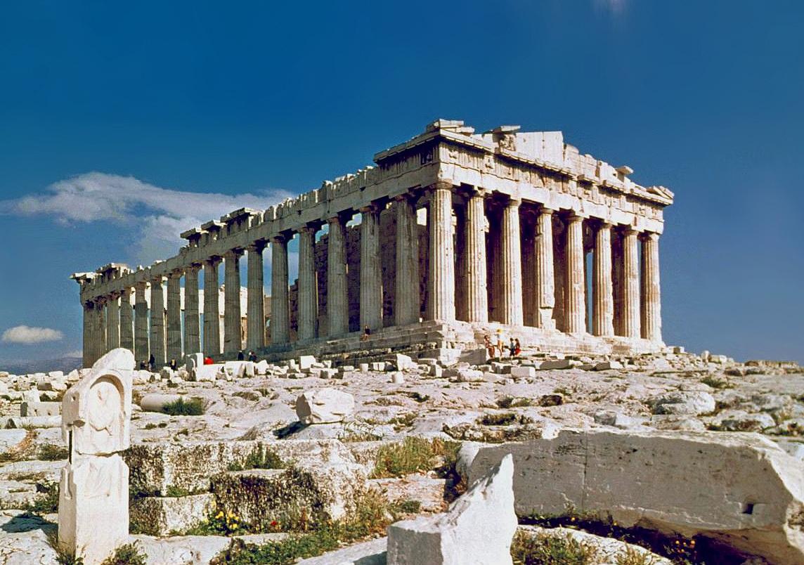 Partenón, uno de los principales templos de la Acrópolis de Atenas, construido entre 447 y 432 a.C. Sócrates, en su juventud y bajo las enseñanzas de su padre, realizó un conjunto de estatuas de las tres Gracias, que estuvieron en la entrada de la Acrópolis hasta el siglo II a. C. Fuente: Wikipedia.