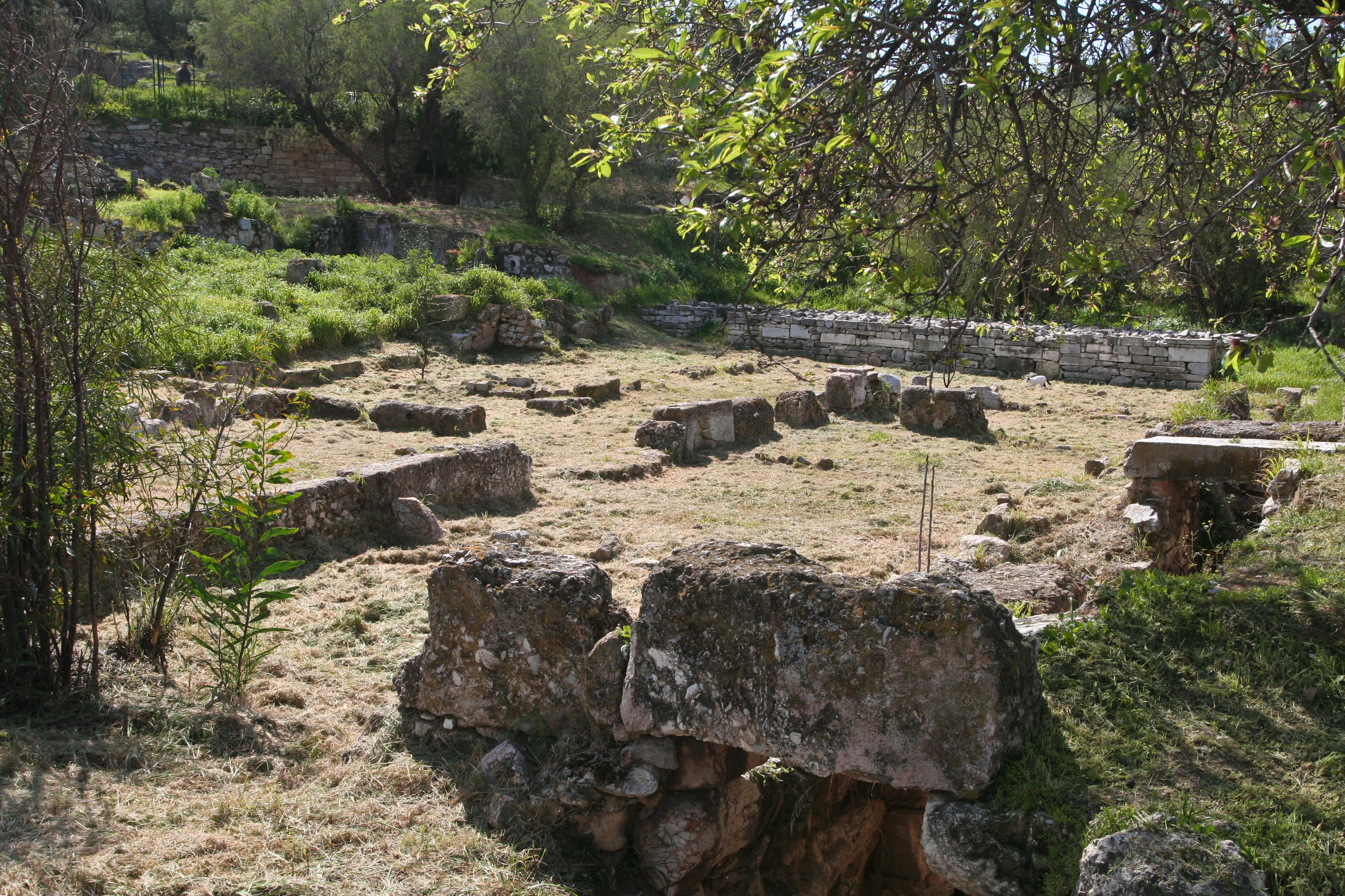 Restos de la prisión estatal extramuros del Ágora de Atenas, donde se cree que estuvo preso y murió. Fuente: Wikipedia