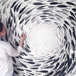 Niharika Hukku pintando un cardumen de peces