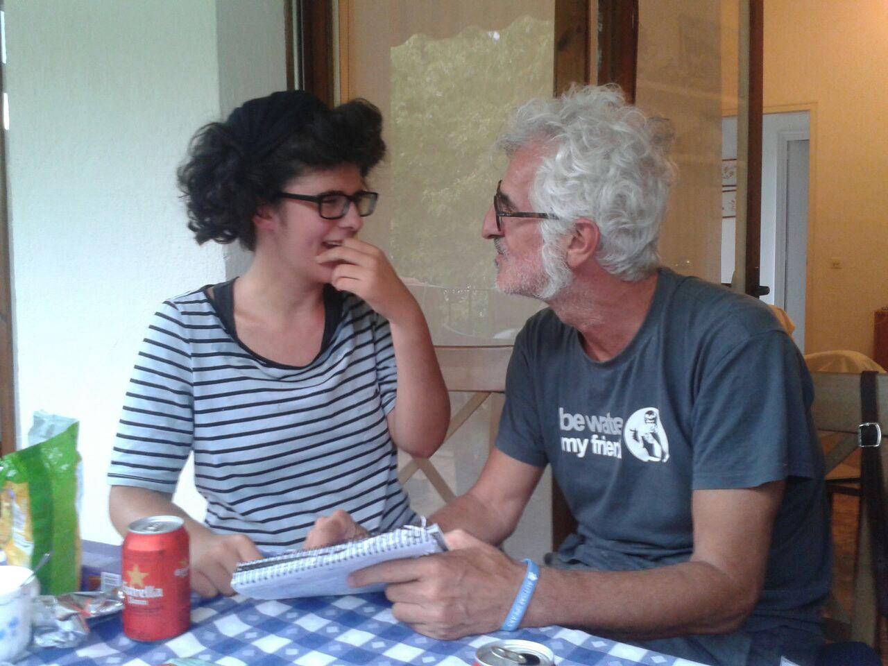 Fotografía de Miguel Gallardo «María y yo» Aparecen ambos en la actualidad mirándose y riendo.
