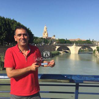 Jose Manuel López Nicolás sostiene uno de sus galardones más queridos: el Premio de la Asociación de Divulgación Científica de la Región de Murcia 2015