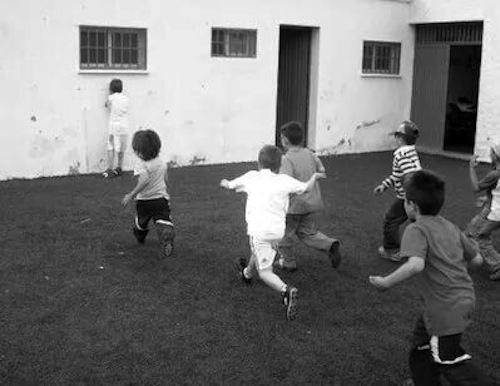 Fuente: Frontera D. Fotografía de niños jugando al escondite inglés