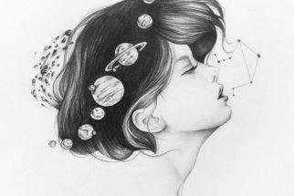 Alejandra Sáenz. Retrato de una niña de perfil con planetas orbitando a su alrededor