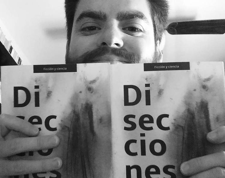 José Luis con su ejemplar de «Disecciones» y el que va a sortear entre sus lectores