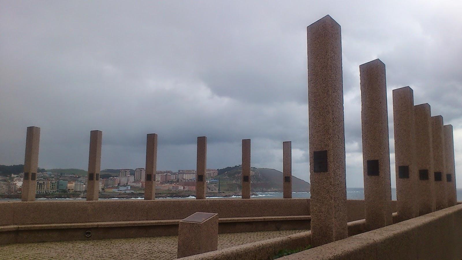 Plaza recuerdo a los componentes de la Real Expedición Filantrópica de la Vacuna, en las inmediaciones de la Casa del Hombre (Domus) de La Coruña.