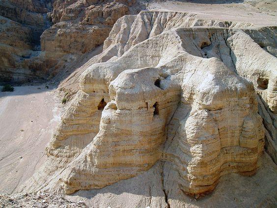 Las cuevas de Qumran donde fueron descubiertos los manuscritos. Fuente: http://adfinesterrae.com/2014/03/03/nine-new-manuscripts-from-qumran/