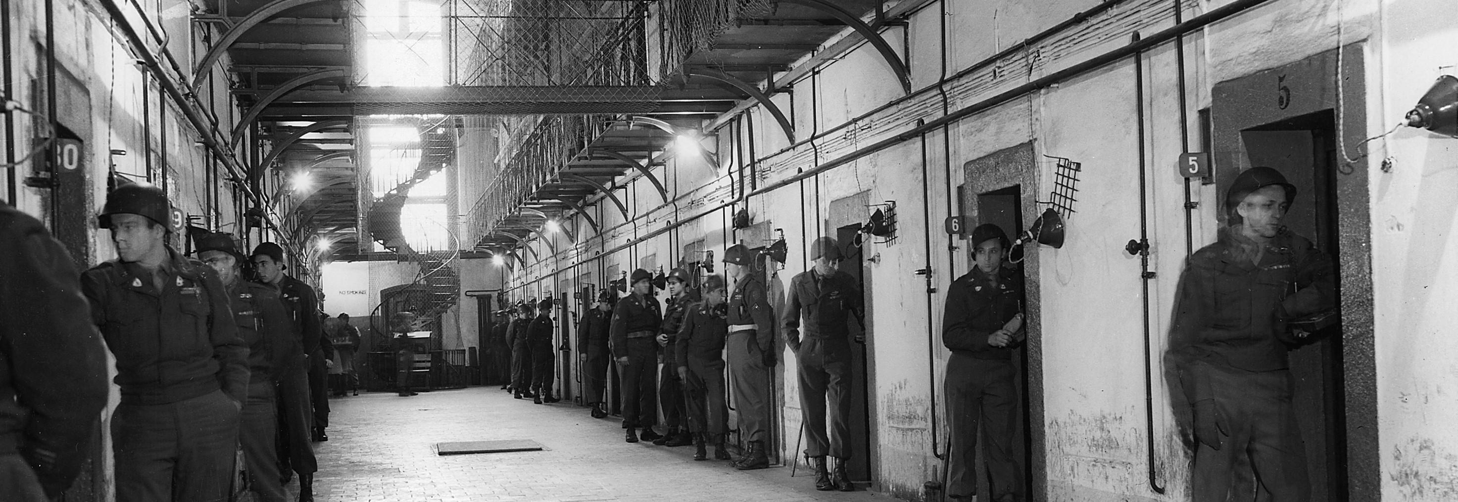 Pasillo del ala de los detenidos de la Prisión de Nuremberg. Los guardias bálticos, bajo la supervisión de las autoridades estadounidenses, vigilaban constantemente a los encausados mientras permanecían en sus celdas (20 Nov. 1945 - 1 Oct. 1946)