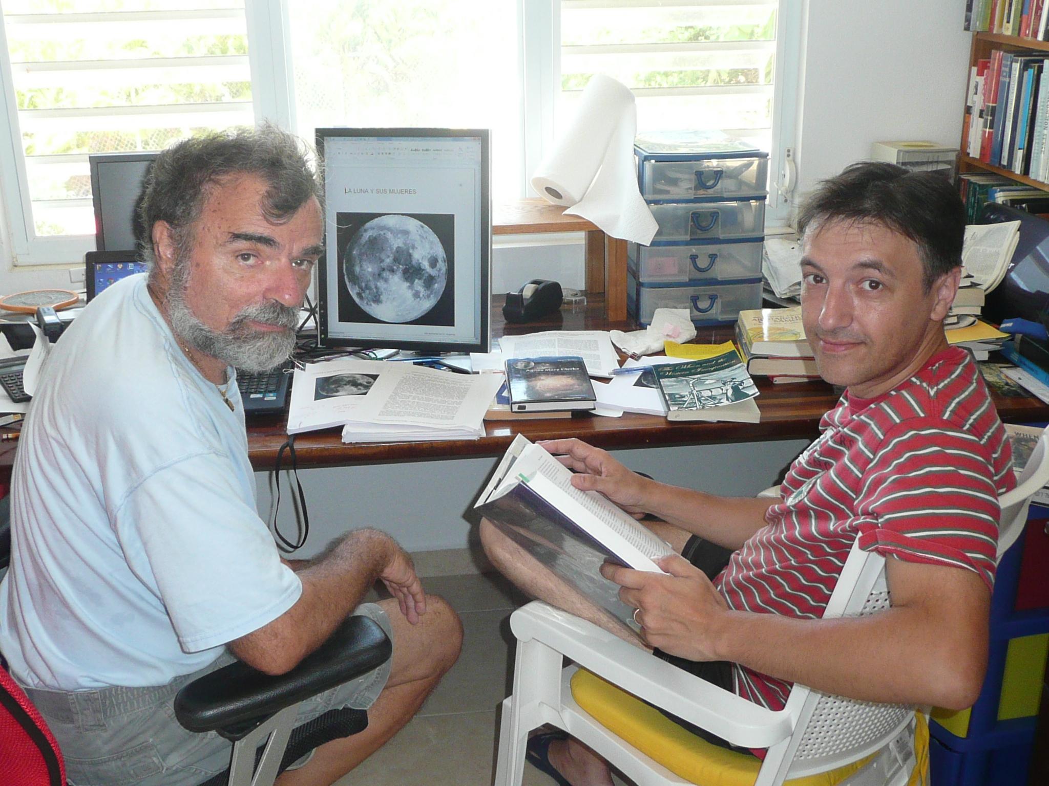 Daniel Roberto Altschuler y Fernando J. Ballesteros trabajando en 'Las mujeres de la Luna'